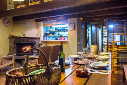 A restaurant or other place to eat at Refugi Rural Vall de Siarb