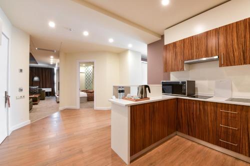 Кухня или мини-кухня в Opera Suite Hotel