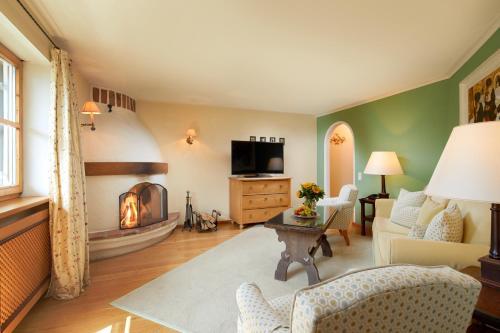 A seating area at Landsitz Römerhof - Hotel Apartments