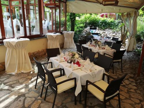 Ein Restaurant oder anderes Speiselokal in der Unterkunft Hotel Niederländischer Hof