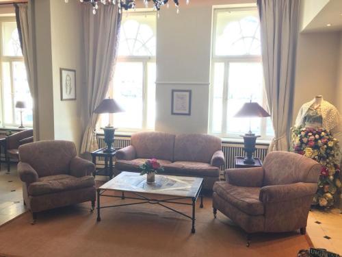Ein Sitzbereich in der Unterkunft Hotel Niederländischer Hof