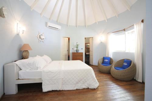 Кровать или кровати в номере Nika Island Resort & Spa, Maldives
