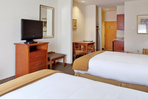 A bed or beds in a room at Holiday Inn Express & Suites - Hardeeville-Hilton Head, an IHG Hotel
