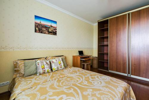 A bed or beds in a room at Dobrye Sutki na Yubileynoy 7