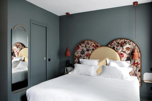 A bed or beds in a room at Hôtel Léopold