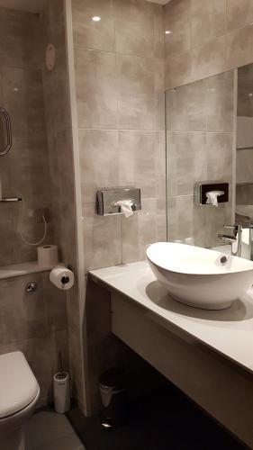 A bathroom at Urban Hotel Grantham
