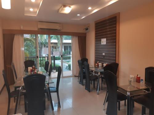 A restaurant or other place to eat at Whispering Palms Suite