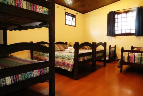 Uma ou mais camas em beliche em um quarto em Pousada Toca das Bromelias