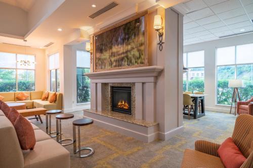 A seating area at Hilton Garden Inn Morgantown