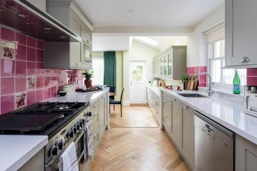 A kitchen or kitchenette at Grand & gorgeous, 5BR Family Home in Leafy SW London