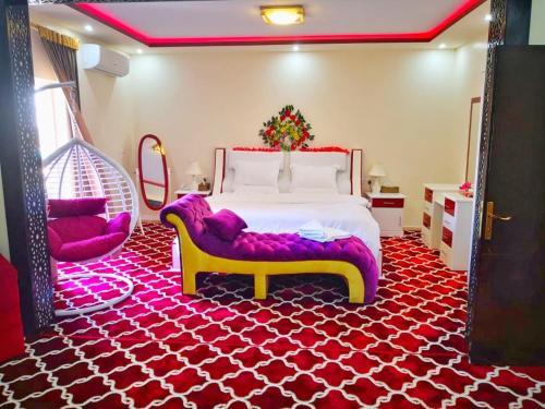 Cama ou camas em um quarto em Almudawah Hotel