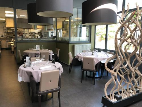 A restaurant or other place to eat at La table d'Auguste