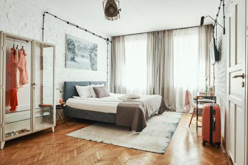 A bed or beds in a room at ARTHOTEL STALOWA 52