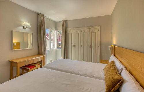 Een bed of bedden in een kamer bij Apartamentos Koala Garden THe Home Collection