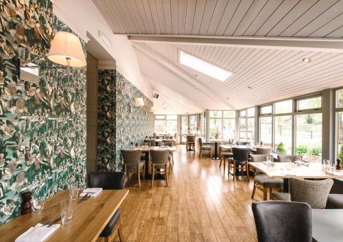 A restaurant or other place to eat at Glen Mhor Hotel