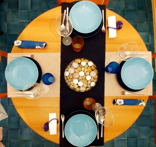 A restaurant or other place to eat at Home In The Blue