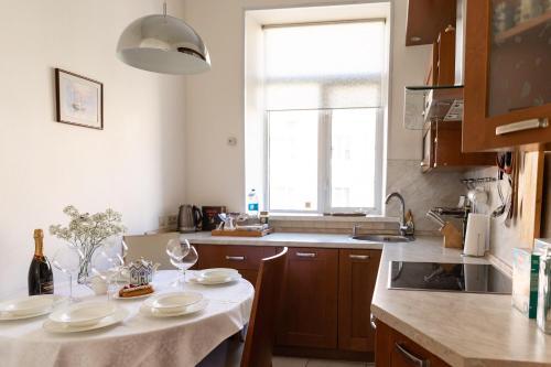 Кухня или мини-кухня в Central Square Apartment