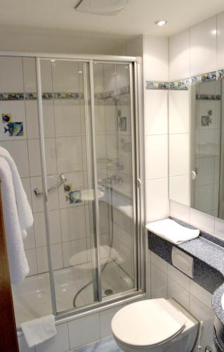 A bathroom at Monteurzimmer günstig B&B