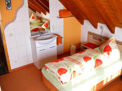 A bed or beds in a room at Gästezimmer Schanz-Hilbel