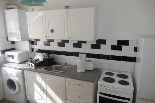 A kitchen or kitchenette at Entire 2 bed maisonette just off Penge High Street Great Transport Links to Central London, Bromley, Croydon and Lewisham