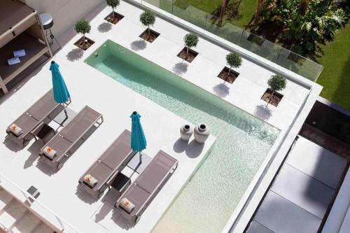 Uitzicht op het zwembad bij The Oasis by Don Carlos Resort of in de buurt