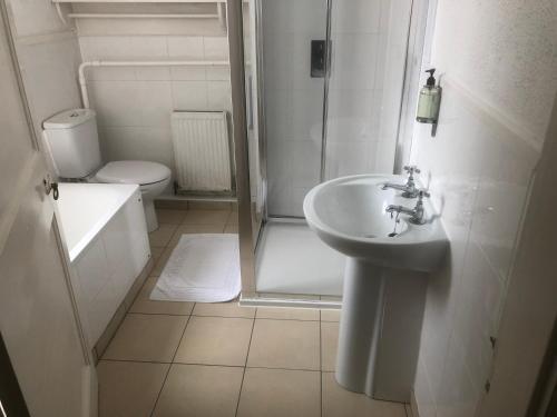 A bathroom at Grove End