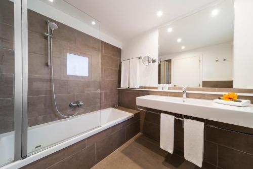 A bathroom at OCEANO Hotel Health Spa