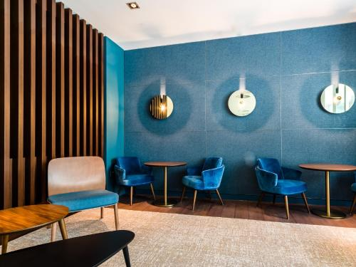 A seating area at Apex London Wall Hotel