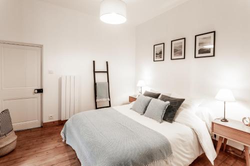 A bed or beds in a room at Au Coeur De La Ville