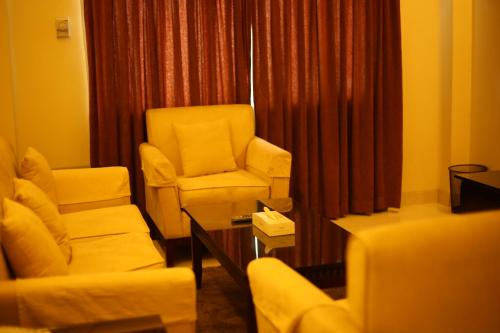 A seating area at THE AVENUE HOTEL & SUITES
