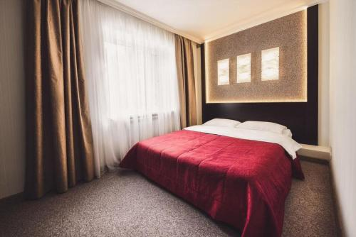 A bed or beds in a room at Jardin Park Hotel