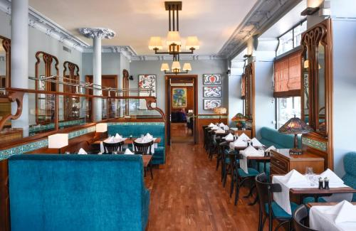 A restaurant or other place to eat at Tiffany Hotel