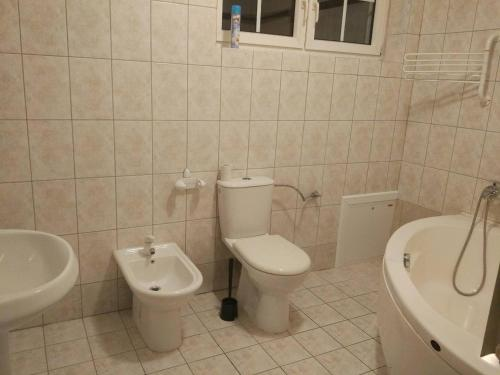 A bathroom at Gostinyi dom Warszawa