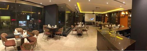 Um restaurante ou outro lugar para comer em Tobal Al Zahra Hotel Apartments