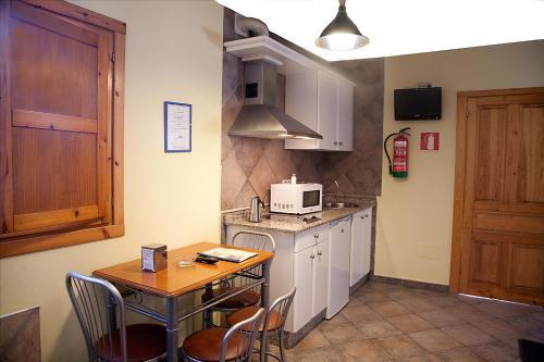 Una cocina o zona de cocina en Apartamentos Cuevas del Mar