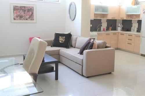 A seating area at Bright, Spacious, Elegant, semi Subterrain with Garden, 5min from sea