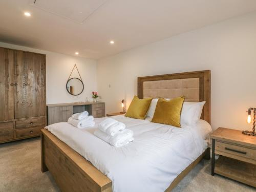 A bed or beds in a room at Silvermine House