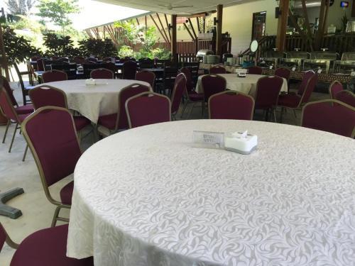 Ein Restaurant oder anderes Speiselokal in der Unterkunft Nature Lodge Sepilok