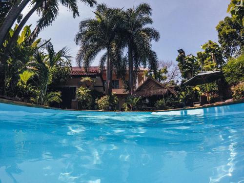 Het zwembad bij of vlak bij Guesthouse Liam's Suan Dok Mai