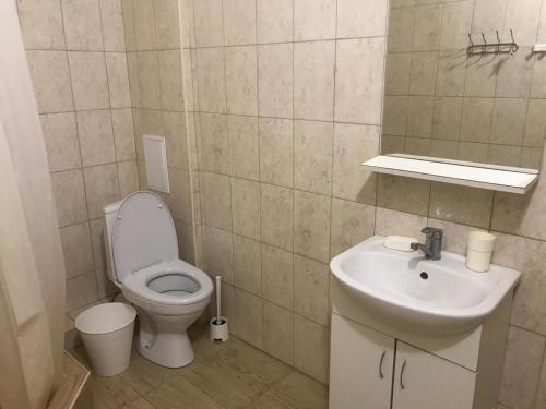 A bathroom at Холидей Guest House