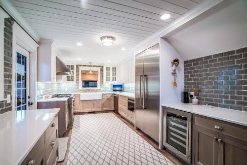 A kitchen or kitchenette at Waves Edge Anna Maria Home