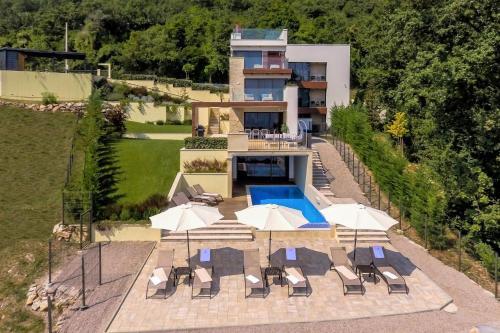Ein Blick auf den Pool von der Unterkunft Villa AltaVista - Seaview & Relax with Private MiniGolf & Heated Pool oder aus der Nähe