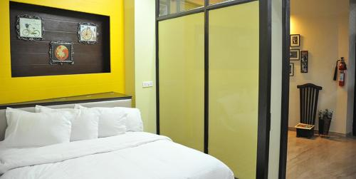 A bed or beds in a room at Shardas Homestay