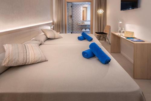 Een bed of bedden in een kamer bij Hotel Alhambra
