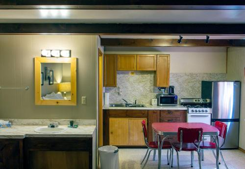 A kitchen or kitchenette at High Country Motel and Cabins