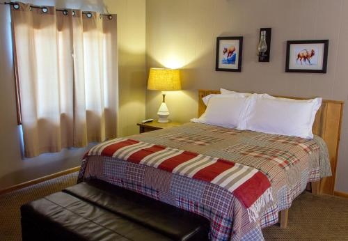 A bed or beds in a room at High Country Motel and Cabins