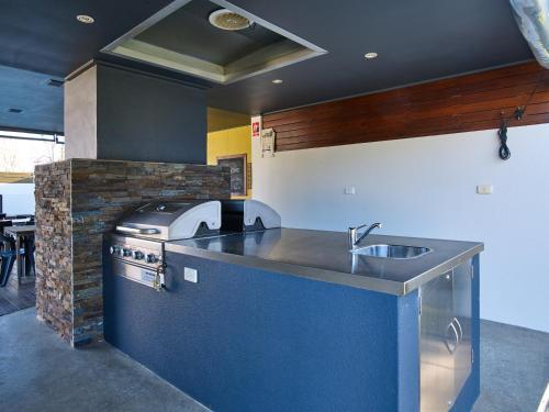 A kitchen or kitchenette at Myrtleford Motel on Alpine