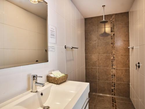 A bathroom at Myrtleford Motel on Alpine