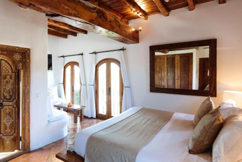 A bed or beds in a room at Agroturismo Atzaró