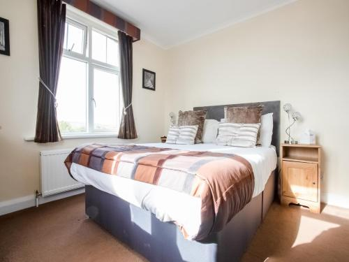 A bed or beds in a room at OYO Cliffemount Hotel